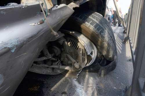 """Ô tô nổ lốp suýt lao khỏi cầu, người đi đường """"bạt vía"""" - 2"""