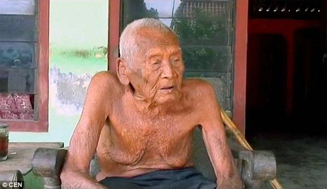 Người già nhất thế giới làm sẵn bia mộ chờ chết 24 năm - 2