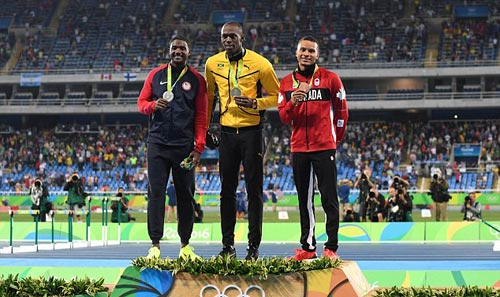 Usain Bolt đem HCV Olympic vui đùa với người đẹp - 1
