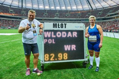 Mới đoạt HCV Olympic, về nhà thi đấu phá kỷ lục thế giới - 1