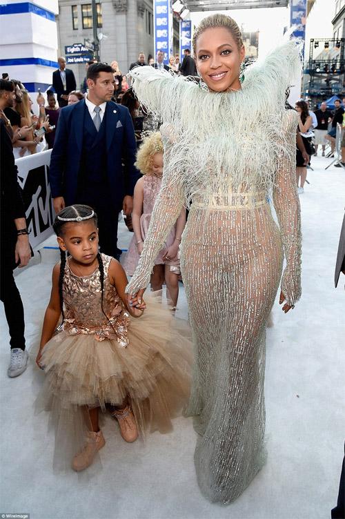 Beyonce nổi nhất thảm đỏ VMA với váy mỏng như sương - 1