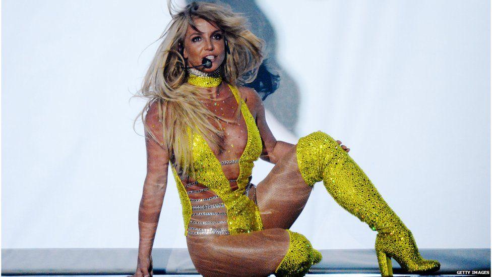 Britney Spears mặc sexy, bị tố hát nhép - 1