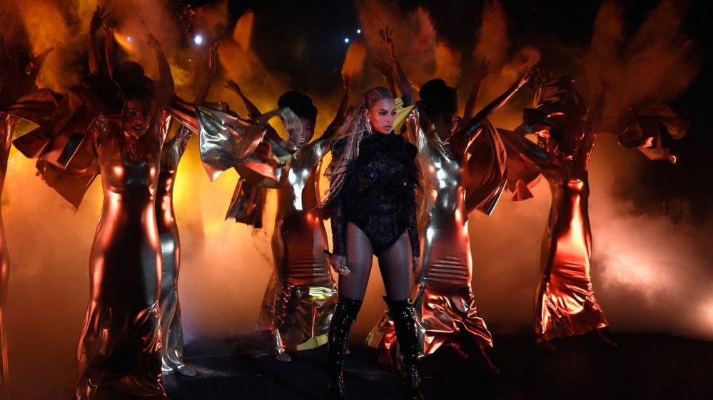 Britney Spears mặc sexy, bị tố hát nhép - 3