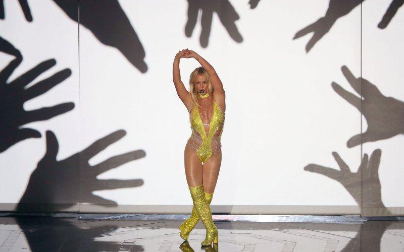 Britney Spears mặc sexy, bị tố hát nhép - 2