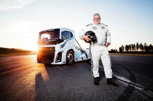 """Xe tải """"Hiệp sĩ sắt"""" Volvo nhanh như Porsche 911 - 1"""