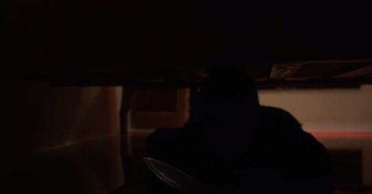 Trốn dưới gầm giường chờ nửa đêm trộm cắp nhà em họ - 1