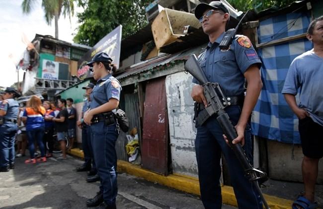 Philippines: Tố cảnh sát tham nhũng, nhận 43.000 USD - 1