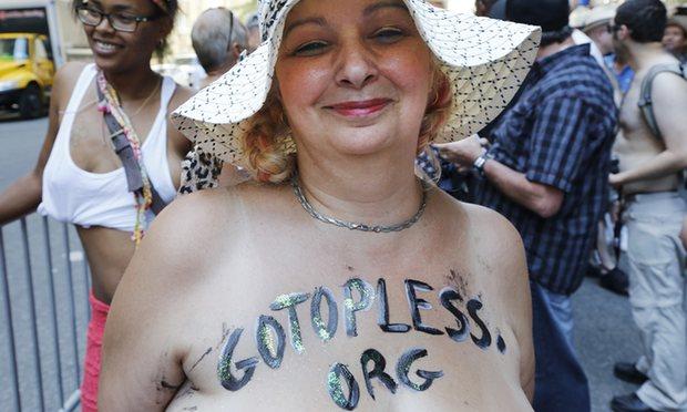 """Chị em New York """"thả rông"""" biểu tình đòi quyền lợi - 4"""