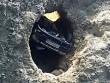 """Ô tô cắm đầu xuống hố sâu 30m, tài xế tìm thấy """"cửa sống"""" thần kỳ"""
