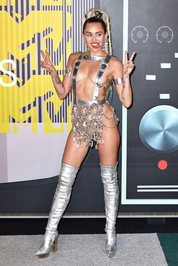 """Điểm lại những bộ trang phục """"điên rồ"""" nhất VMAs các năm - 14"""