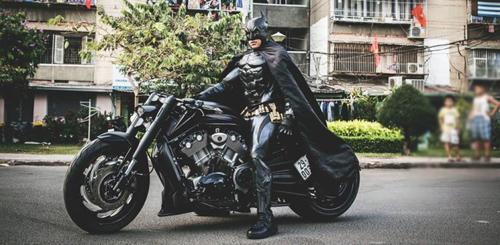 Người Dơi đi 'siêu' mô tô tái xuất trên đường phố Sài Gòn - 1