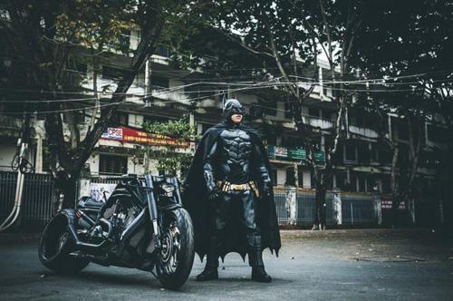 Người Dơi đi 'siêu' mô tô tái xuất trên đường phố Sài Gòn - 3