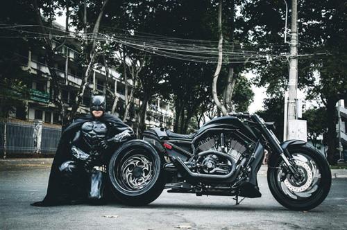 Người Dơi đi 'siêu' mô tô tái xuất trên đường phố Sài Gòn - 5