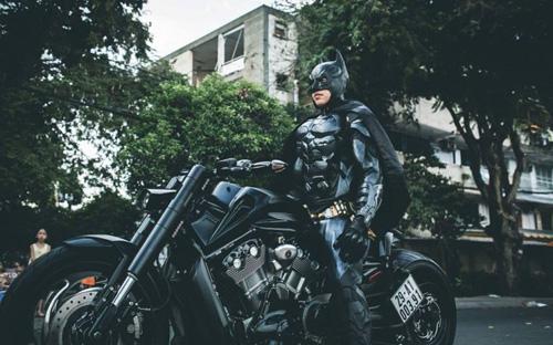 Người Dơi đi 'siêu' mô tô tái xuất trên đường phố Sài Gòn - 6