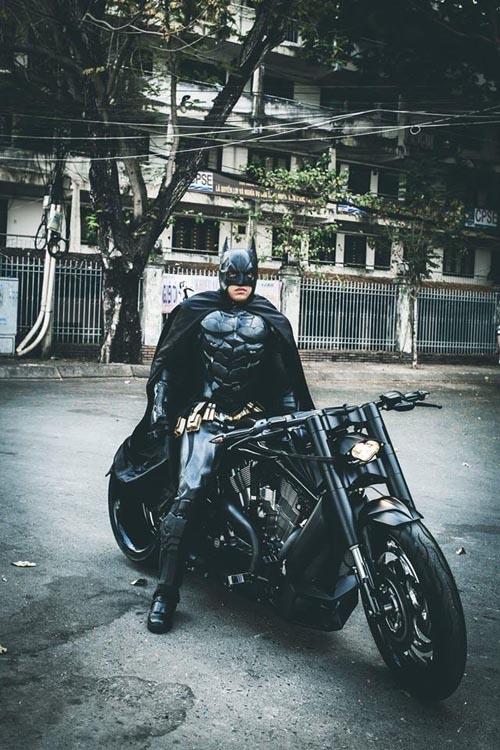 Người Dơi đi 'siêu' mô tô tái xuất trên đường phố Sài Gòn - 9
