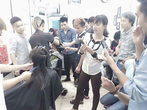 Chàng thợ cắt tóc cá tính đi lên từ hai bàn tay trắng - 3
