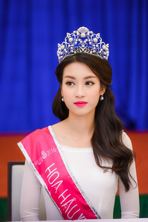 Hoa hậu Đỗ Mỹ Linh thướt tha với áo dài đính ngọc trai - 1