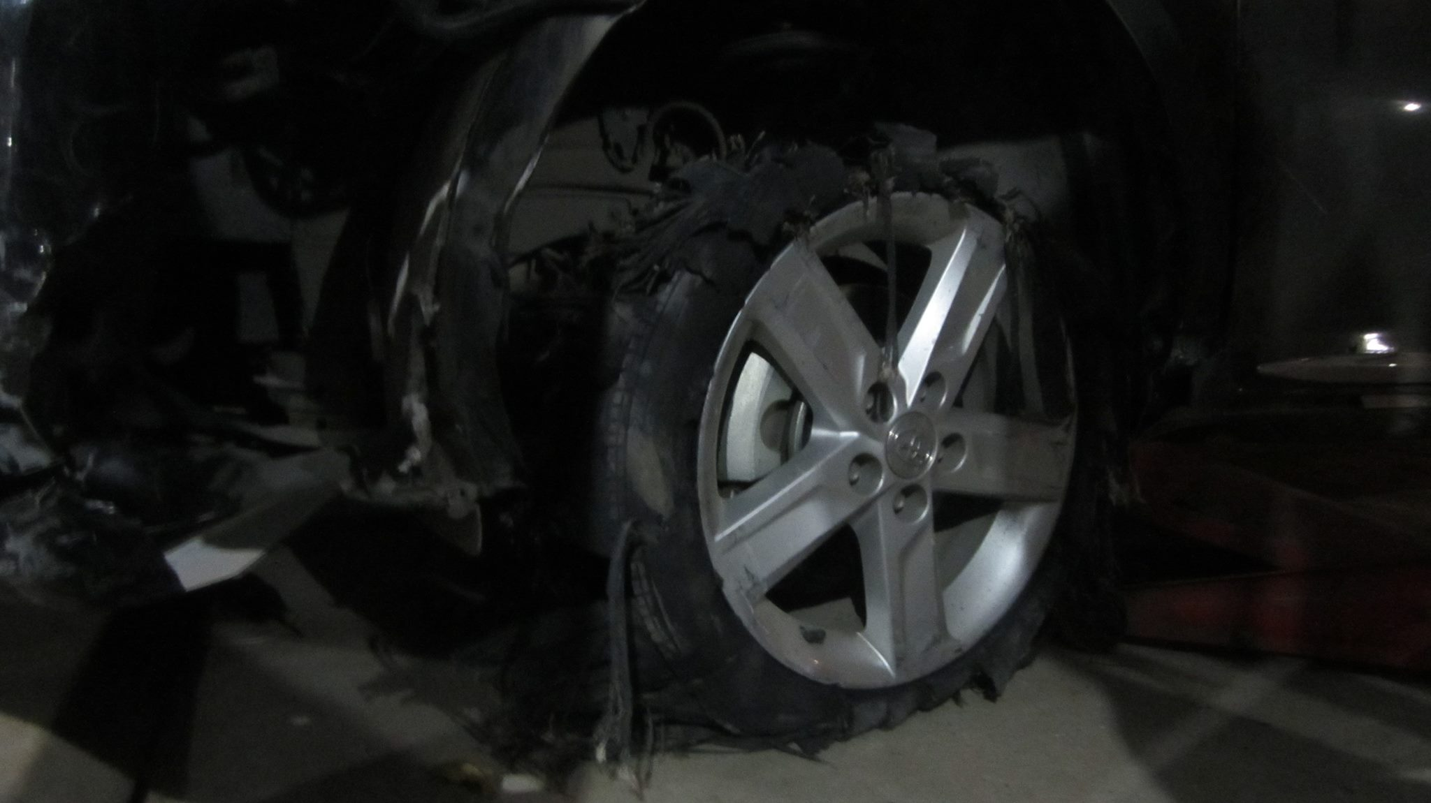 Dân đuổi đánh tài xế gây tai nạn, kéo lê xe máy hơn 3km - 3