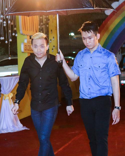 Vắng Hari Won, Trấn Thành lẻ loi xuất hiện giữa bão scandal - 1