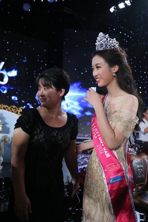 """Mẹ tân hoa hậu: """"Không đầu tư nhiều cho Mỹ Linh đi thi"""" - 2"""