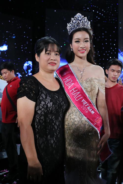 """Mẹ tân hoa hậu: """"Không đầu tư nhiều cho Mỹ Linh đi thi"""" - 1"""