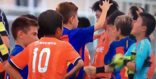 Cảm động cầu thủ nhí Barca vỗ về đối thủ Nhật mếu máo - 1