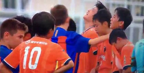 Cảm động cầu thủ nhí Barca vỗ về đối thủ Nhật mếu máo - 2