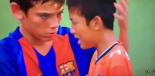 Cảm động cầu thủ nhí Barca vỗ về đối thủ Nhật mếu máo - 3
