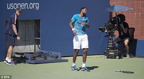 """US Open: """"Gã hề"""" nhập tâm quá hóa phá hoại - 4"""