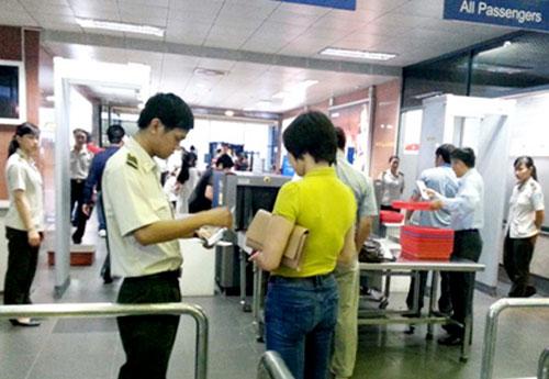 Đi máy bay bằng giấy tờ của người khác, tham rẻ hóa đắt - 1