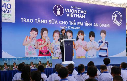 Vinamilk và Quỹ sữa Vươn cao Việt Nam tặng 111.000 ly sữa cho trẻ em An Giang - 1