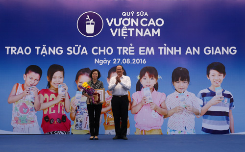 Vinamilk và Quỹ sữa Vươn cao Việt Nam tặng 111.000 ly sữa cho trẻ em An Giang - 2