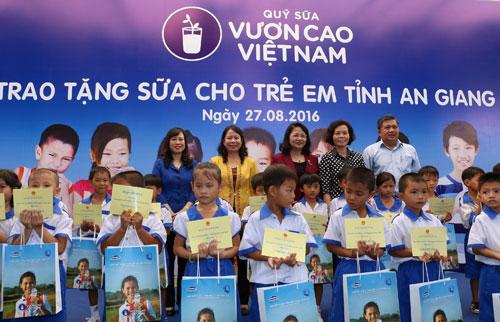 Vinamilk và Quỹ sữa Vươn cao Việt Nam tặng 111.000 ly sữa cho trẻ em An Giang - 3