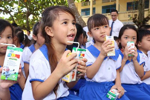 Vinamilk và Quỹ sữa Vươn cao Việt Nam tặng 111.000 ly sữa cho trẻ em An Giang - 4