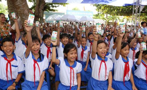 Vinamilk và Quỹ sữa Vươn cao Việt Nam tặng 111.000 ly sữa cho trẻ em An Giang - 5