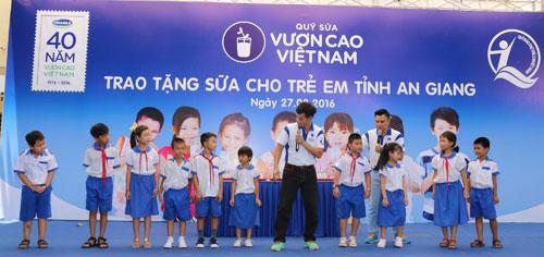 Vinamilk và Quỹ sữa Vươn cao Việt Nam tặng 111.000 ly sữa cho trẻ em An Giang - 6