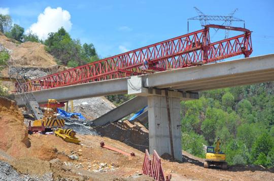 Sập đổ 3 dầm cầu vượt đường cao tốc: Lỗi tại... trời! - 1