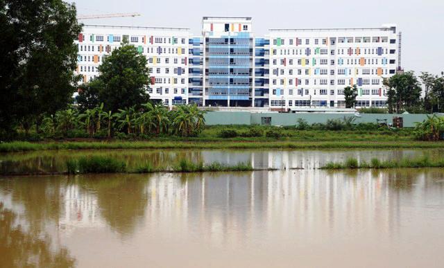 Kỳ lạ: Bệnh viện xây gần xong nhưng chưa có đường - 1