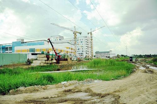 Kỳ lạ: Bệnh viện xây gần xong nhưng chưa có đường - 7