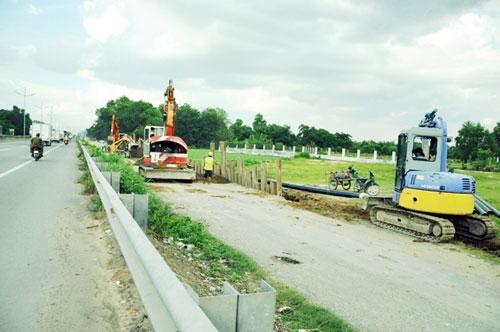Kỳ lạ: Bệnh viện xây gần xong nhưng chưa có đường - 11