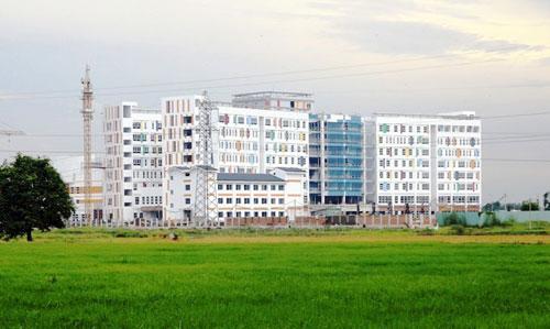 Kỳ lạ: Bệnh viện xây gần xong nhưng chưa có đường - 14