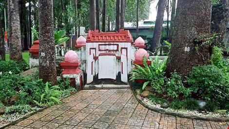 Kỳ bí khu mộ cổ hơn trăm năm trong công viên Tao Đàn - 1