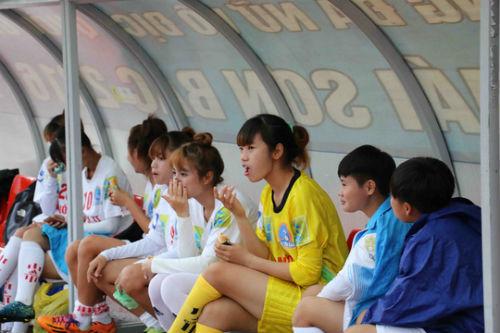 Cầu thủ nữ gặm bánh mì giữa trận chờ mưa tạnh - 1
