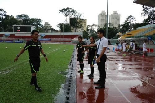 Cầu thủ nữ gặm bánh mì giữa trận chờ mưa tạnh - 2