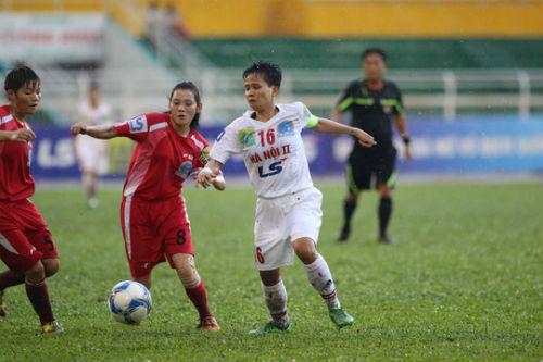 Cầu thủ nữ gặm bánh mì giữa trận chờ mưa tạnh - 3