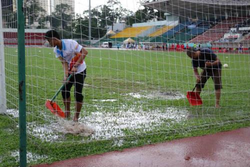 Cầu thủ nữ gặm bánh mì giữa trận chờ mưa tạnh - 4