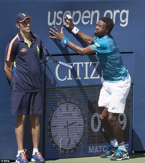 Monfils suýt bị đồng hồ đè gãy chân ở US Open - 2