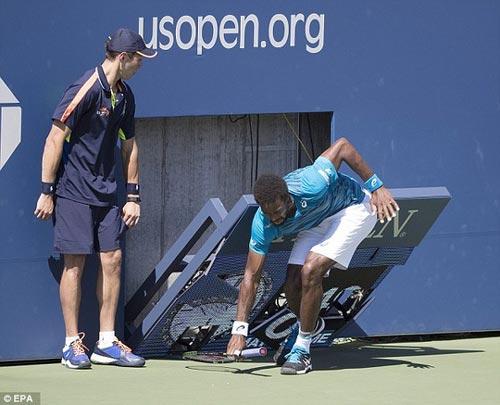 Monfils suýt bị đồng hồ đè gãy chân ở US Open - 4