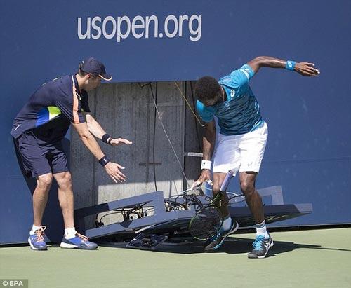 Monfils suýt bị đồng hồ đè gãy chân ở US Open - 5
