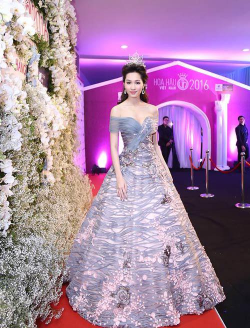 """Váy sexy đến """"nín thở"""" của Thùy Dung ở chung kết HHVN - 9"""